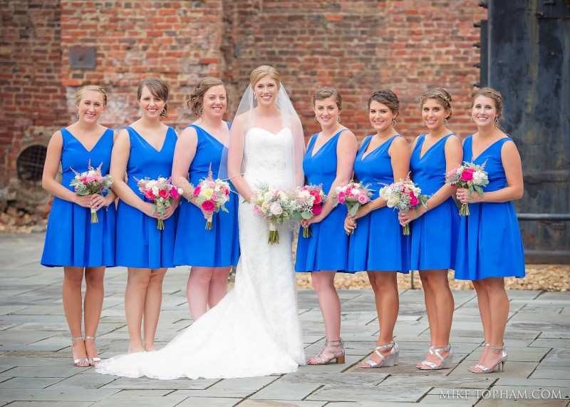 Lindsay poses with her bridal party
